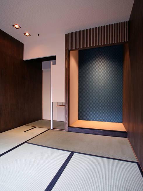 木立に佇む家: 設計事務所アーキプレイスが手掛けた和室です。