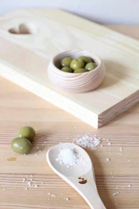 Tábua de cozinha Love: Cozinha  por Maria Tigela