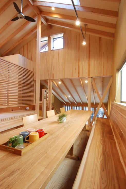 ダイニングテーブル&ベンチ: 豊田空間デザイン室 一級建築士事務所が手掛けたダイニングルームです。
