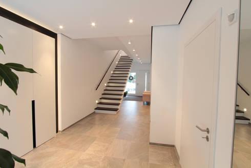 eingangsbereich moderner flur diele treppenhaus von la casa wohnbau - Moderner Eingangsbereich Aussen