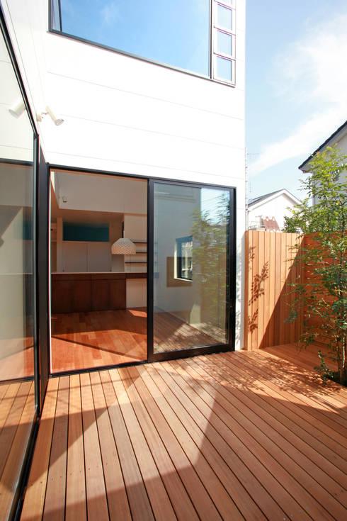 猫と暮らす中庭のある家: 設計事務所アーキプレイスが手掛けたテラス・ベランダです。