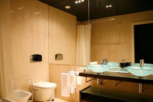 Reabilitação Apartamento Chiado: Casas de banho modernas por Architecture Tote Ser