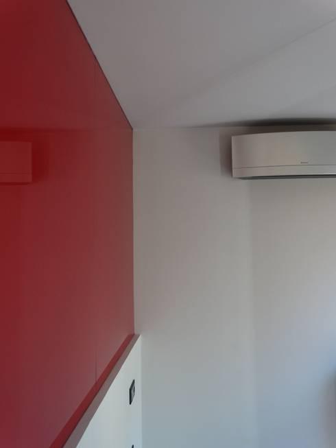 REFORMA INTEGRAL VIVIENDA EN MADRID: Dormitorios de estilo moderno de CROMA ESTUDIO