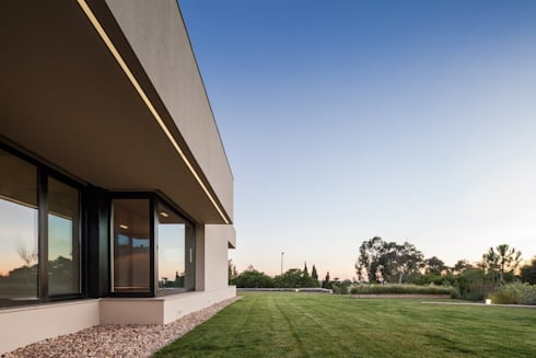 Casa em Belas, Sintra: Casas minimalistas por Estúdio Urbano Arquitectos