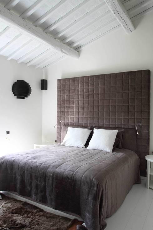 Ristrutturazione casa colonica: Camera da letto in stile  di CuboBianco