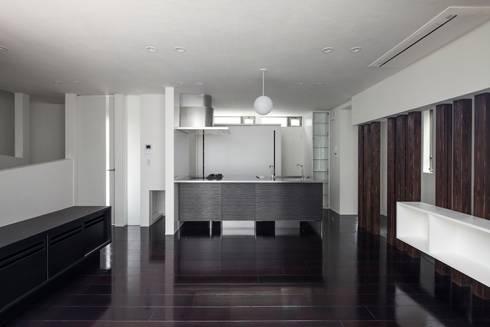 オープンキッチン: 前田敦計画工房が手掛けたダイニングです。