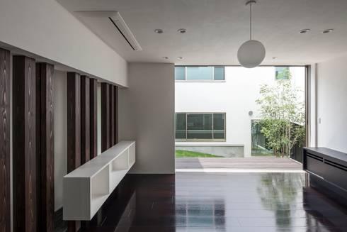 中庭を望む: 前田敦計画工房が手掛けたダイニングです。