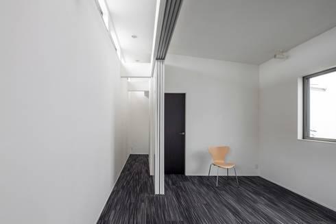 全面開放の引戸: 前田敦計画工房が手掛けた寝室です。