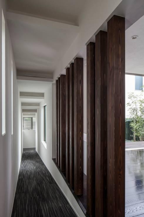 スロープ: 前田敦計画工房が手掛けた廊下 & 玄関です。