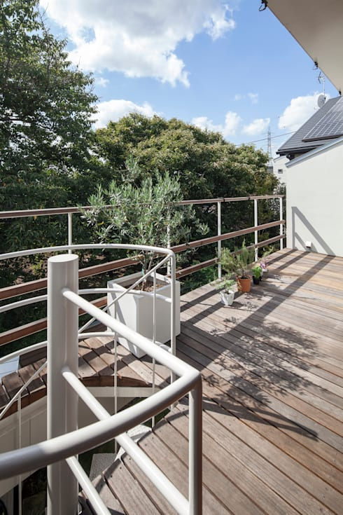 緑あふれるアトリエのある家: 設計事務所アーキプレイスが手掛けたテラス・ベランダです。