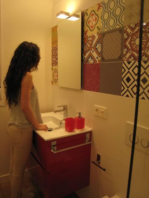 Reforma de vivienda en el Centro de Pamplona: Baños de estilo ecléctico de Rooms de Cocinobra
