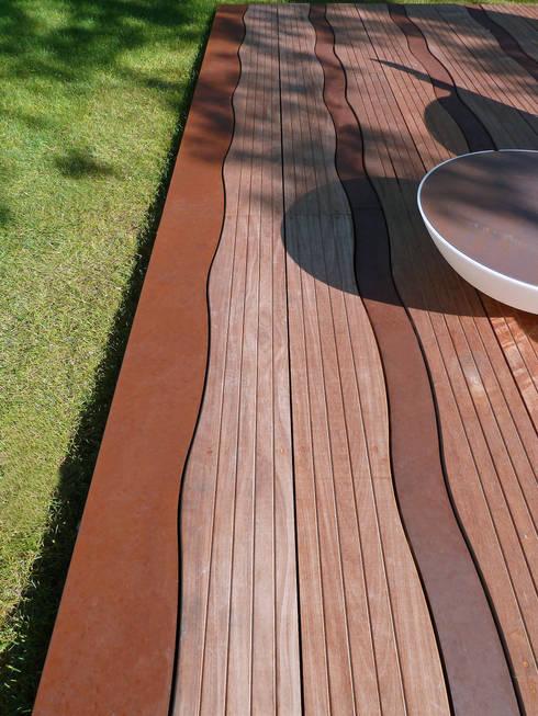 Lames ondulantes de bois et de corten: Terrasse de style  par ALTIIS