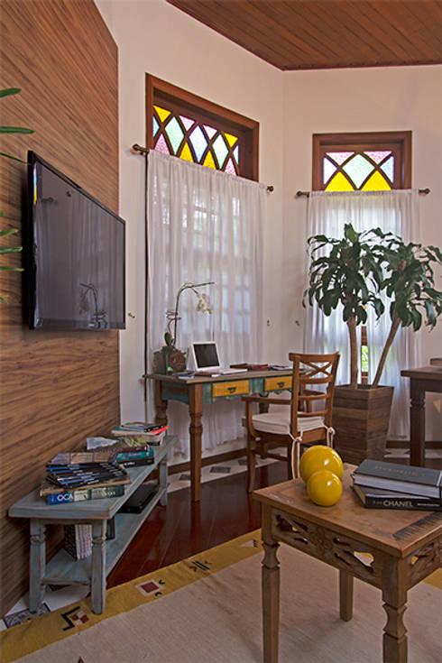 Detalhe sala de estar e TV: Salas de estar campestres por Eliana Berardo Arquitetura e Construção