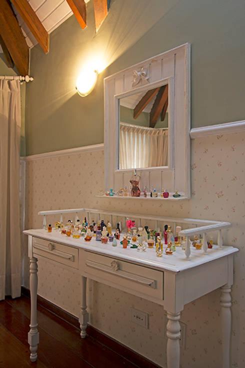 Detalhe dormitório filha: Quartos  por Eliana Berardo Arquitetura e Construção