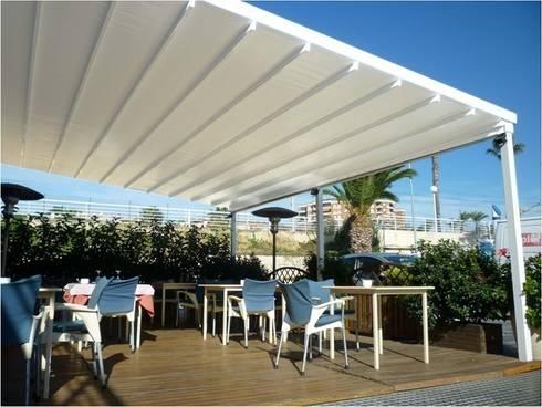 Terrazas, toldos y pérgolas: Balcones y terrazas de estilo  de SISTEMAS GAHM SL