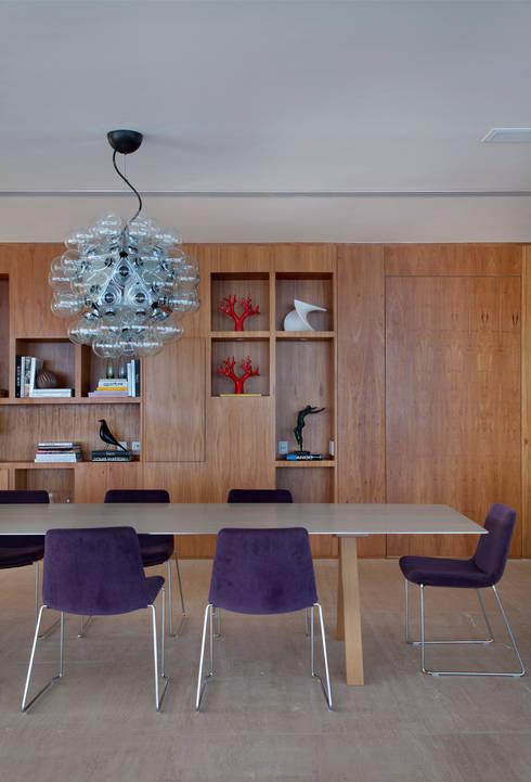 Cobertura Pancetti: Salas de jantar minimalistas por InTown Arquitetura e Construção LTDA