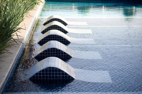 Parc Vienne – Goldsztein: Piscinas minimalistas por Tellini Vontobel Arquitetura