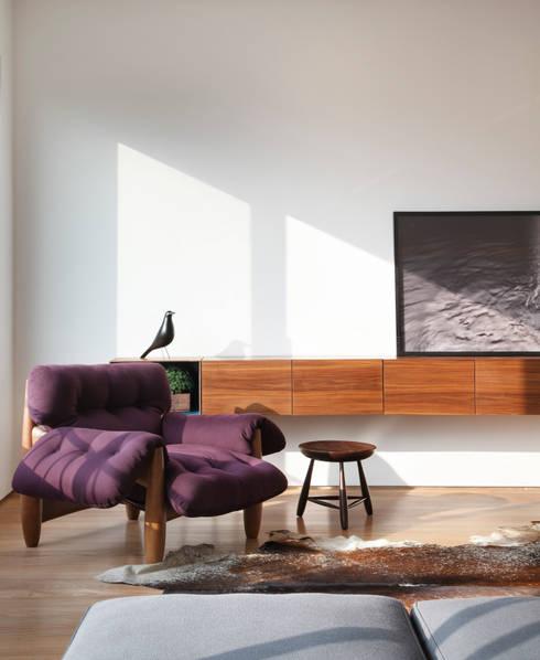 Triplex Viviani: Salas de estar minimalistas por InTown Arquitetura e Construção LTDA