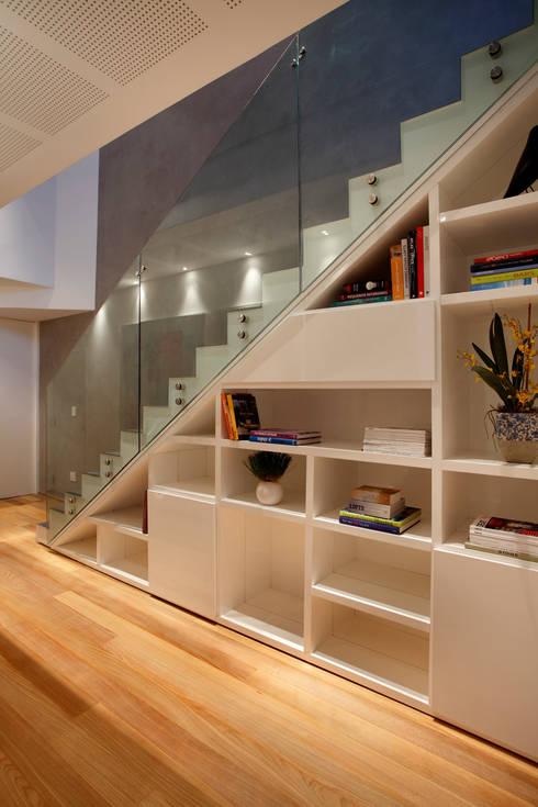 Pasillos y vestíbulos de estilo  por InTown Arquitetura e Construção LTDA