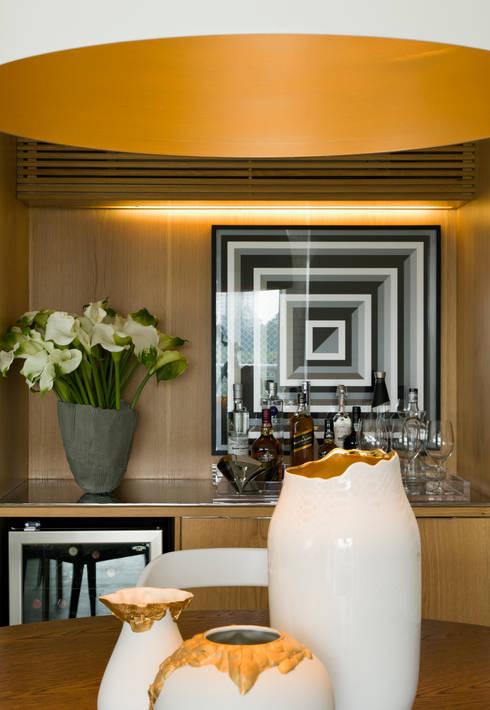 Panamby Apartment: Salas de jantar modernas por DIEGO REVOLLO ARQUITETURA S/S LTDA.