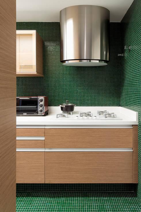 Cozinhas modernas por DIEGO REVOLLO ARQUITETURA S/S LTDA.