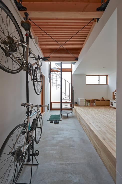 Corredores e halls de entrada  por (有)菰田建築設計事務所