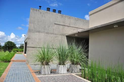 Casa Las Moritas: Casas de estilo moderno por binomio