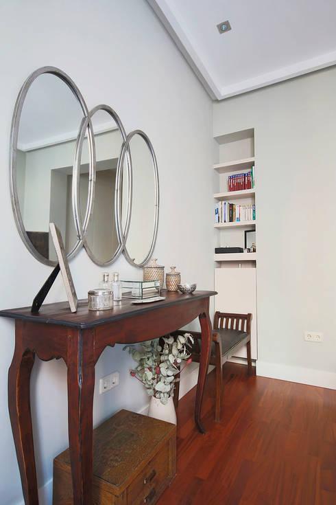 Detalle del dormitorio principal.: Dormitorios de estilo clásico de Vade Studio SC