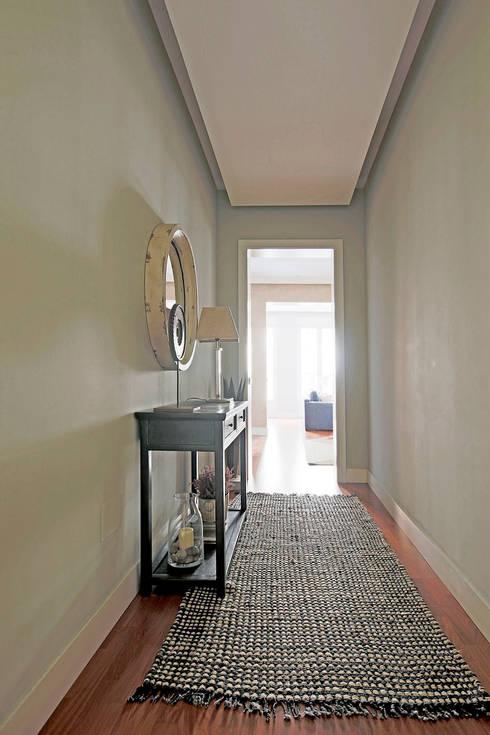 Sencillez en el recibidor.: Vestíbulos, pasillos y escaleras de estilo  de Vade Studio SC