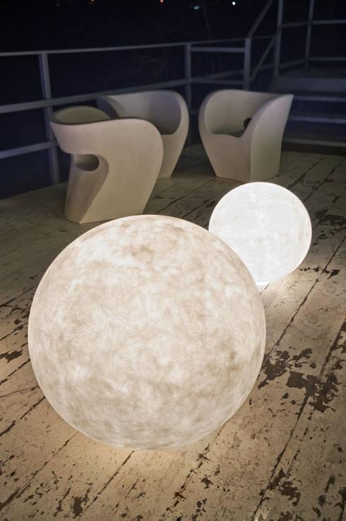 Ex moon: Balcone, Veranda & Terrazzo in stile  di in-es.artdesign