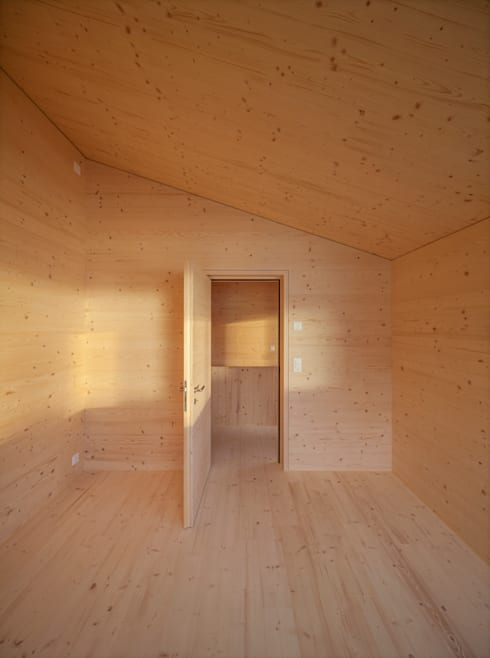 Ferienhausumbau in Leissigen:  Schlafzimmer von Oliver Brandenberger Architekten BSA SIA