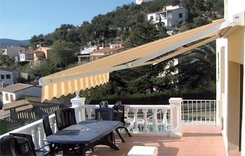 Toldo Cofre : Balcones y terrazas de estilo  de Comercial MecanoToldo S.L.U