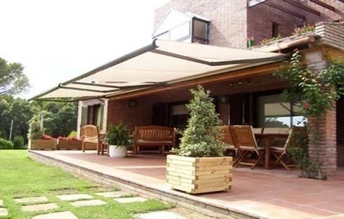 Toldo cofre: Balcones y terrazas de estilo  de Comercial MecanoToldo S.L.U