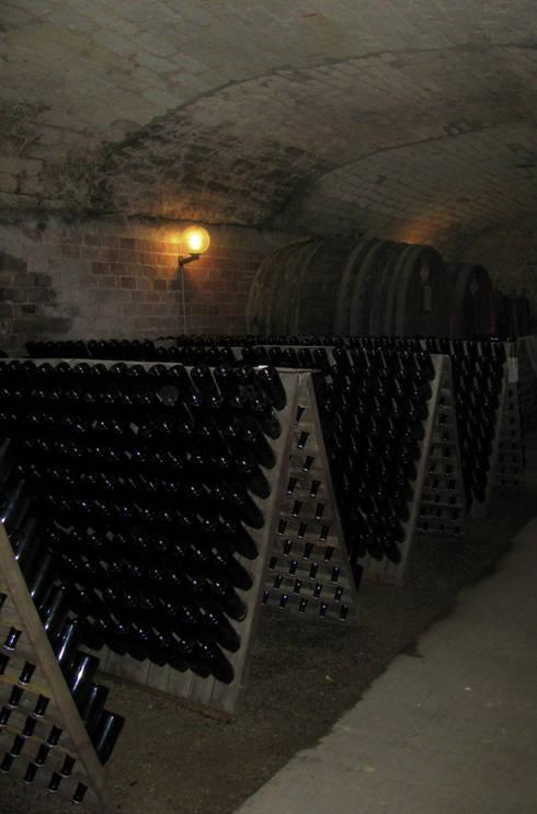 La cantina dei vini: Cantina in stile  di Studio999