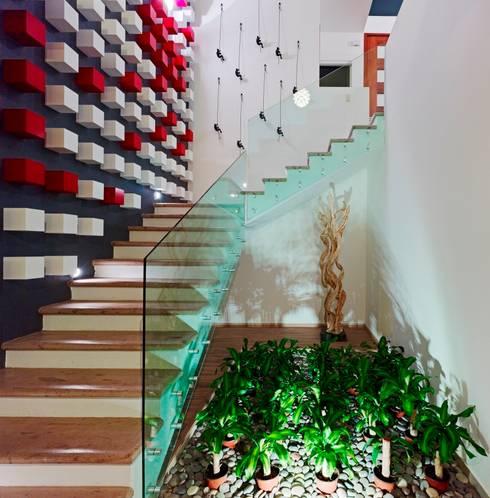 Casa Altavista: Pasillos y recibidores de estilo  por Excelencia en Diseño