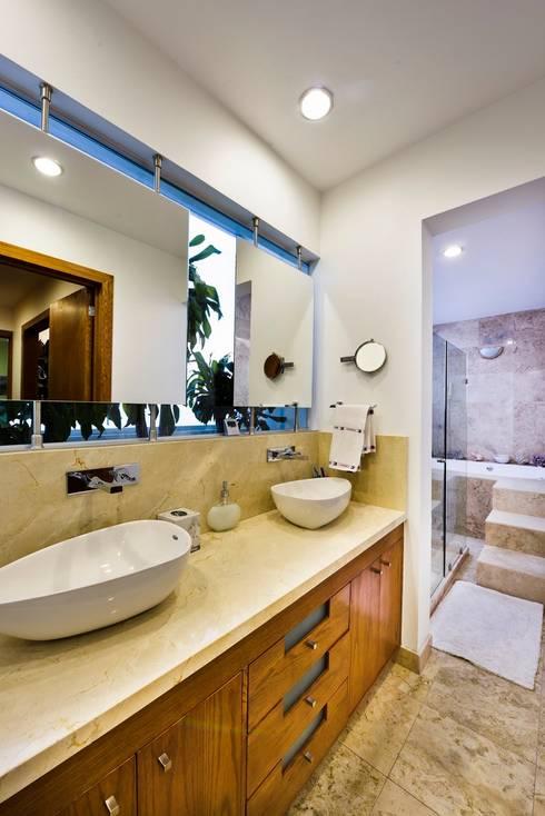 Casa NB: Baños de estilo  por Excelencia en Diseño