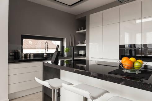 White  minimalist High-Gloss Kitchen: minimalistic Kitchen by Piwko-Bespoke Fitted Furniture