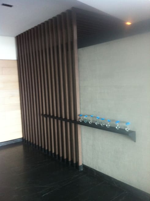 RRT11902: Pasillos y recibidores de estilo  por Arq. Jacobo Smeke