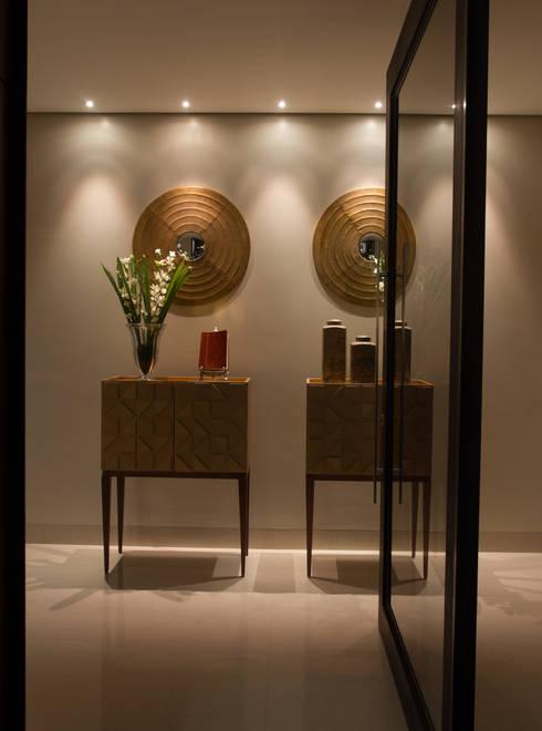 Hall minimalista: Corredores e halls de entrada  por RABAIOLI I FREITAS