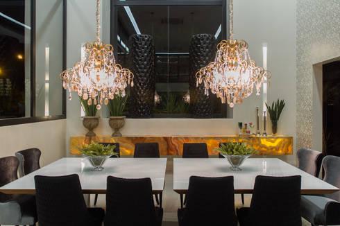 Simetria e ousadia: Salas de jantar modernas por RABAIOLI I FREITAS