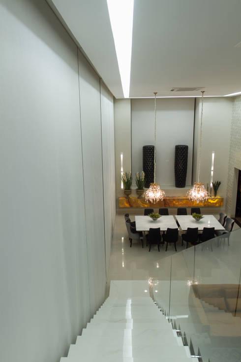 Living: Salas de estar minimalistas por RABAIOLI I FREITAS