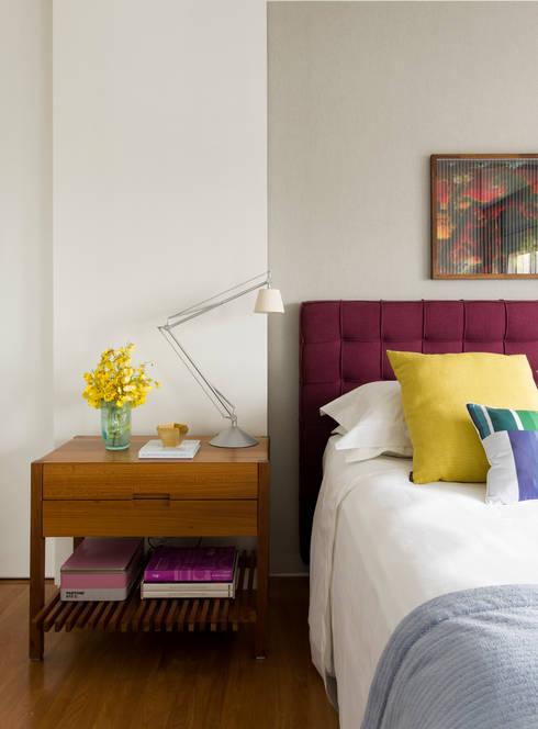 Camera da letto in stile in stile Moderno di DIEGO REVOLLO ARQUITETURA S/S LTDA.