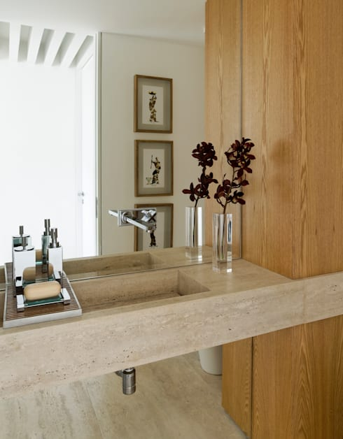 Bagno in stile in stile Moderno di DIEGO REVOLLO ARQUITETURA S/S LTDA.