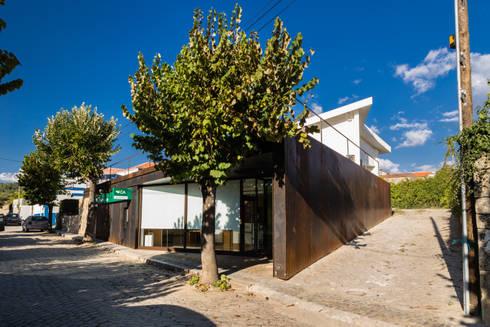 Agência Bancária – Favaios: Espaços comerciais  por Luis Barros Arquitectura