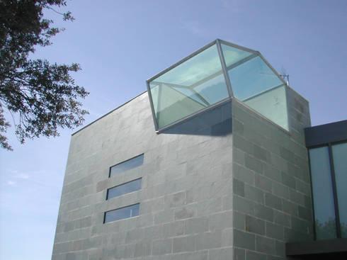VIVIENDA UNIFAMILIAR. LAS ROZAS. MADRID. 2004: Ventanas de estilo  de Bescos-Nicoletti Arquitectos