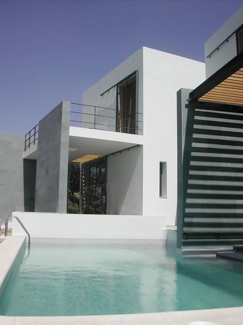 VIVIENDA UNIFAMILIAR. LAS ROZAS. MADRID. 2004: Piscinas de estilo moderno de Bescos-Nicoletti Arquitectos