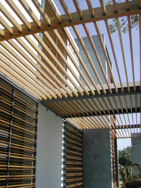 VIVIENDA UNIFAMILIAR. LAS ROZAS. MADRID. 2004: Terrazas de estilo  de Bescos-Nicoletti Arquitectos