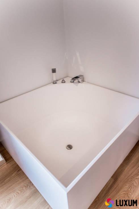 Baños de estilo moderno por Luxum