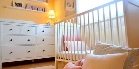 046   Quarto bebé, Ericeira, Mafra: Quartos de criança ecléticos por T2 Arquitectura & Interiores