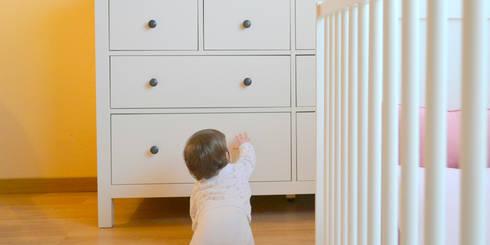 046   Quarto bebé, Ericeira, Mafra: Quarto de crianças  por T2 Arquitectura & Interiores